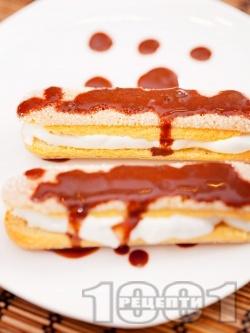 Лесен десерт от бишкоти, пълнени с крем маскарпоне, цедено кисело мляко и декорирани с течен шоколад - снимка на рецептата
